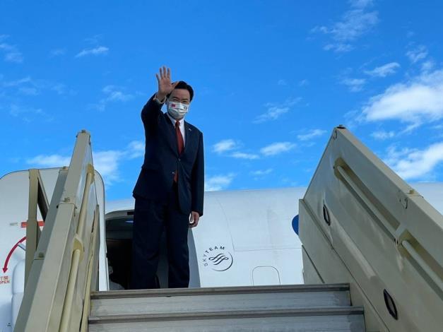 圖說二:吳特使赴帛琉登機前揮手致意。