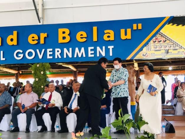 圖說一:吳特使出席帛琉總統惠恕仁就職典禮,並與惠總統握手致意。