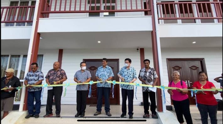 圖說三:吳特使與惠恕仁總統共同出席我在帛琉葛拉州援建工程剪綵典禮。