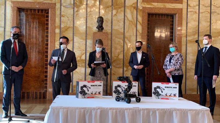 圖說一:賀吉普市長(左1)與駐捷克代表柯良叡(左2)與市府教育局官員及中學校長共同宣布台捷科學教育合作計畫,並介紹來自台灣的教學機器人手臂
