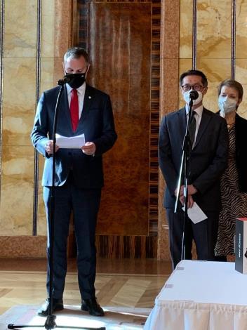 圖說三:賀市長與柯代表共同主持記者會。