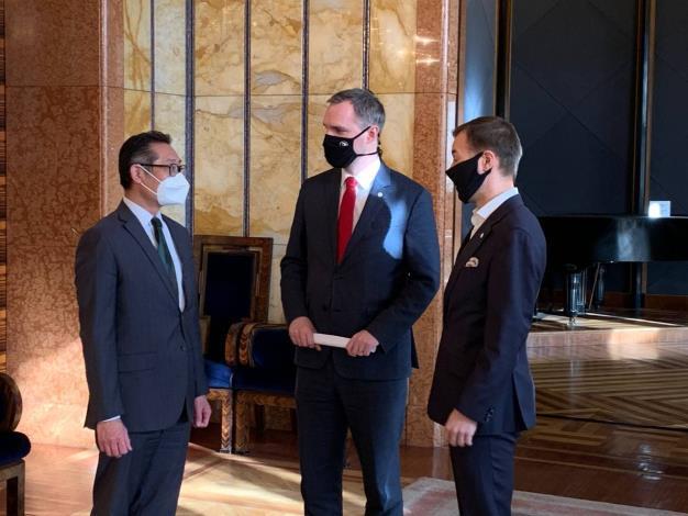 圖說二:記者會前柯代表與賀吉普市長及教育局長Vít Šimral暢談台捷科學及教育合作。