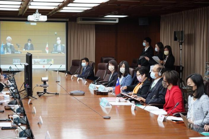 圖說二:開幕式情形(投影幕畫面左方為APPU中央秘書處鈴木榮一秘書長,右方為日本代表團團長暨本屆APPU大會主席山口俊一)