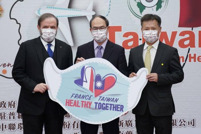 圖說三:外交部曾政務次長(中)與中聯環境生技公司董事長丁力行(右)代表捐贈防疫物資給法國柯爾瑪市,由歐洲商會副理事長尹容(左)代表接受。