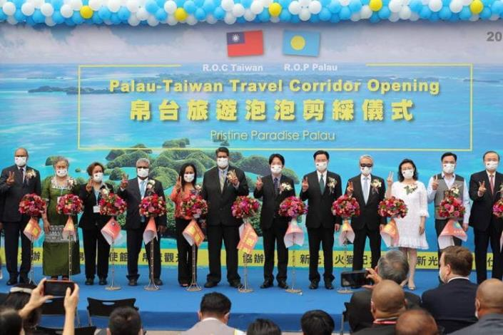 圖三:惠恕仁總統與副總統賴清德與外交部長吳釗燮共同出席台帛旅遊泡泡剪綵儀式