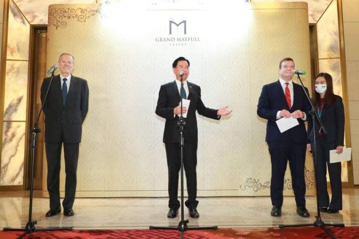 圖四:外交部長吳釗燮、美國駐帛琉大使倪約翰、美國在臺協會處長酈英傑共同發表談話