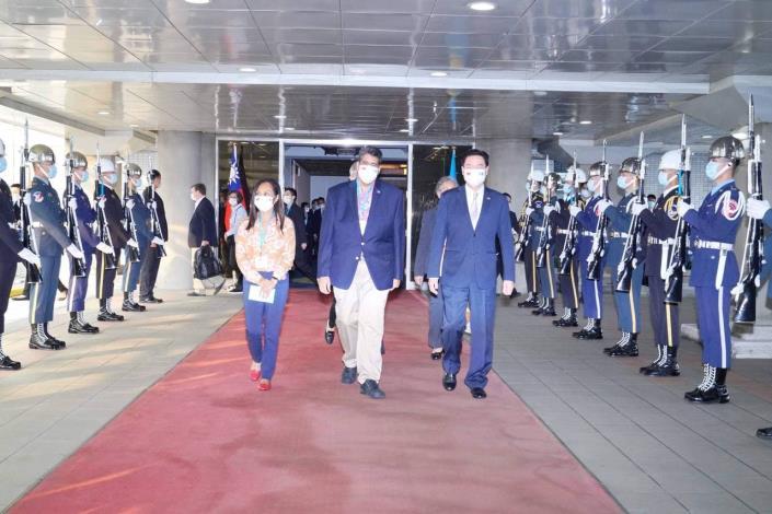 圖二:外交部長吳釗燮於機場歡迎帛琉總統惠恕仁伉儷