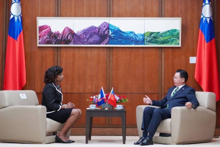 圖二:吳部長與碧大使就台貝兩國共同關切議題交換意見。