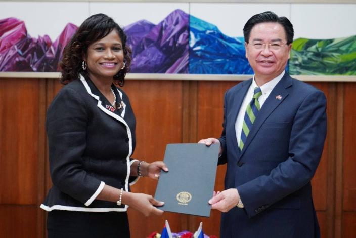 圖一:貝里斯新任駐台大使碧坎蒂(Candice Pitts)向外交部長吳釗燮呈遞國書副本。