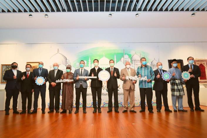 圖一:外交部常務次長曹立傑(右六)於伊斯蘭文化展與亞非、東南亞國家共8國駐台代表共襄盛舉。