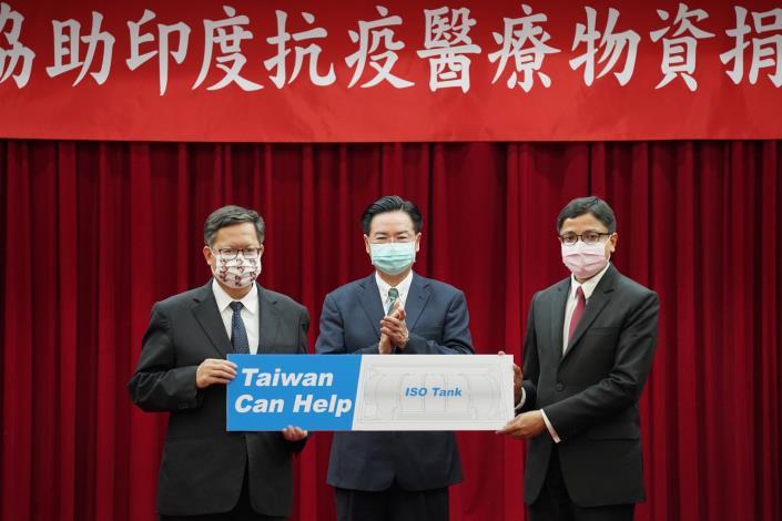 圖說二:吳部長見證鄭文燦市長致贈醫療物資予戴國瀾會長