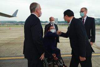 圖一:蘇利文參議員(左一)、達克沃絲參議員(左二)及昆斯參議員(左三)搭乘美國專機抵達台灣,外交部長吳釗燮(右二)及美國在台協會台北辦事處處長酈英傑(右一)前往迎接。