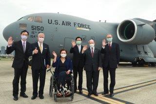 圖三:外交部北美司長徐佑典(左一)、蘇利文參議員(左二)、達克沃絲參議員(左三)、外交部吳部長(右三)、昆斯參議員(右二)及AIT/T酈英傑處長(右一)於美國軍機前合影。
