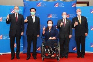 圖二:AIT/T酈英傑處長(左一)、外交部吳部長(左二)、達克沃絲參議員(中間)、昆斯參議員(右二)及蘇利文參議員(右一)於發表談話後合影。