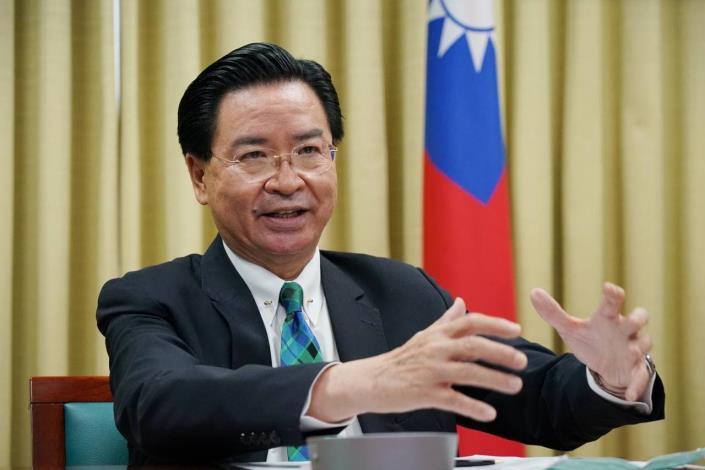 圖說三:吳部長接受線上觀眾提問,為台灣發聲。