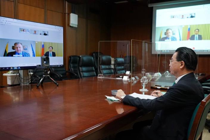 圖說一:吳部長參加2021年戰略溝通高峰會。(外交部連線現場)