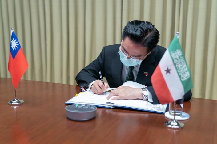 圖說二: 吳部長代表我政府異地簽署台索醫療合作協定