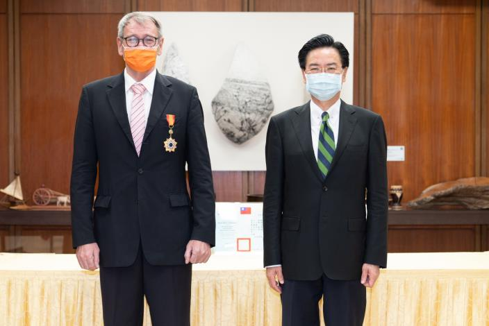 圖說一:外交部長吳釗燮(右)頒贈特種外交獎章予德國在台協會王子陶處長(左)。.JPG