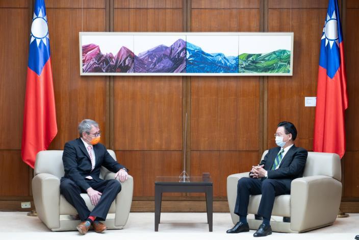 圖說二:外交部長吳釗燮(右)於頒贈典禮前接見德國在台協會王子陶處長(左)。.JPG