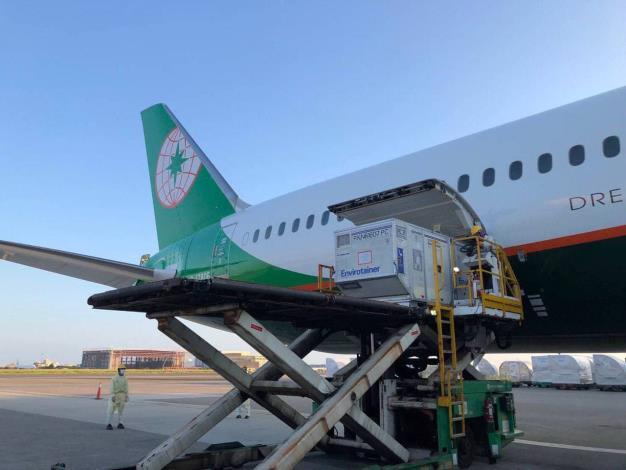 圖說一:斯洛伐克捐贈我國的AZ疫苗由我國籍航空運抵桃園機場。