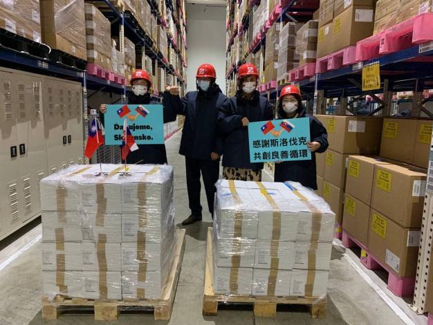 圖說二:(左起)衛福部疾管署署長周志浩丶斯洛伐克駐台代表博塔文(Martin Podstavek)丶副代表蘇可娜(Michaela Šuláková)及外交部歐洲司副司長陳詠韶在倉儲點收疫苗。