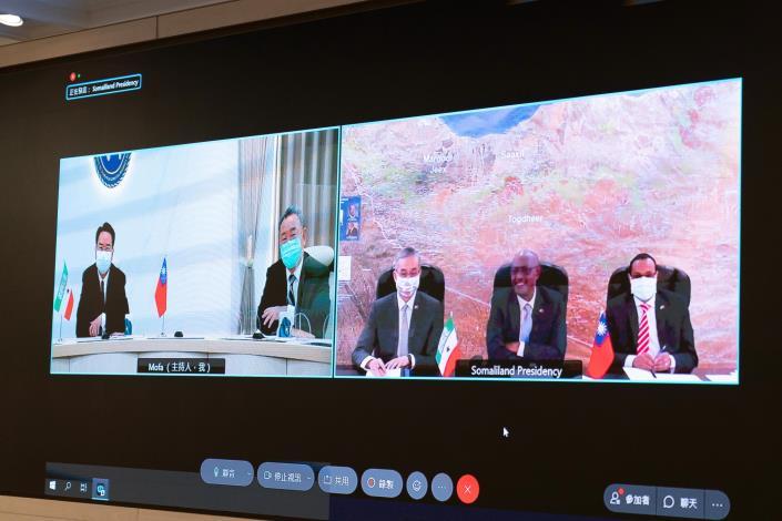 圖說二:外交部長吳釗燮於視訊會議與索方討論兩國合作事項。