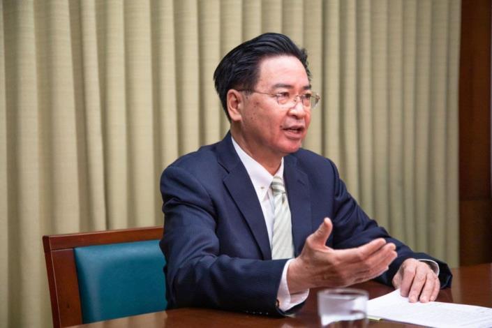 圖說二:吳部長於4月28日接受英國「Sky News」新聞頻道駐北京亞洲特派員 Tom Cheshire獨家專訪時,暢談台英關係,台海兩岸現況等議題。