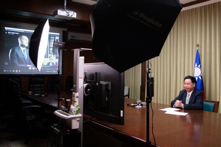 圖說一:吳部長於110年4月28日接受英國「Sky News」新聞頻道駐北京亞洲特派員 Tom Cheshire獨家專訪。