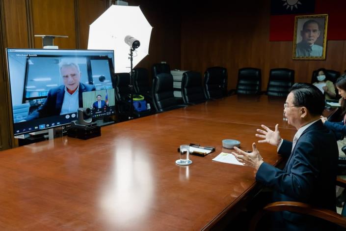 圖二:吳部長接受澳洲金融評論報記者Michael Smith視訊專訪情形。