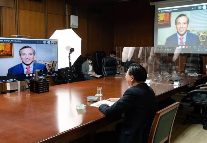 圖說二:吳釗燮部長接受「公共電視網新聞時段」專訪情形。