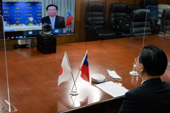 圖說二:吳釗燮部長與記者會主持人Pio d'Emilia熱烈互動。