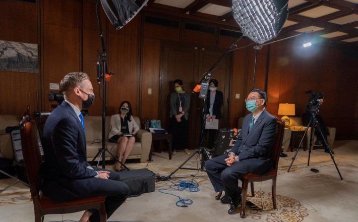 圖說二:外交部長吳釗燮接受美國「有線電視新聞網國際台」專訪。