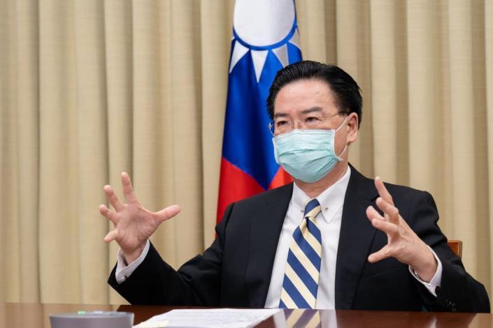 圖說一:外交部長吳釗燮接受法國「解放報」視訊專訪,深入說明中國對台威脅及兩岸關係現況。