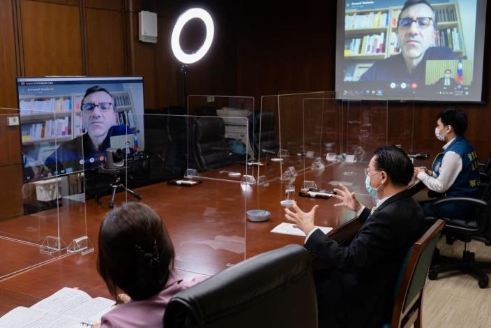 圖說二:外交部長吳釗燮(右二)接受法國「解放報」記者Arnaud Vaulerin視訊專訪情形。