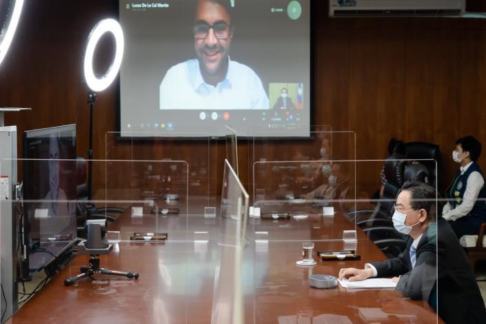 圖說二:外交部長吳釗燮向西班牙世界報記者Lucas de la Cal深入說明中國對台威脅及我國國際組織參與等議題。