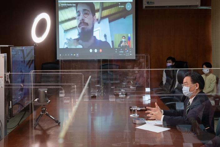 圖說二:吳釗燮部長接受葡萄牙「大眾報」(Público)記者António Saraiva Lima視訊專訪。
