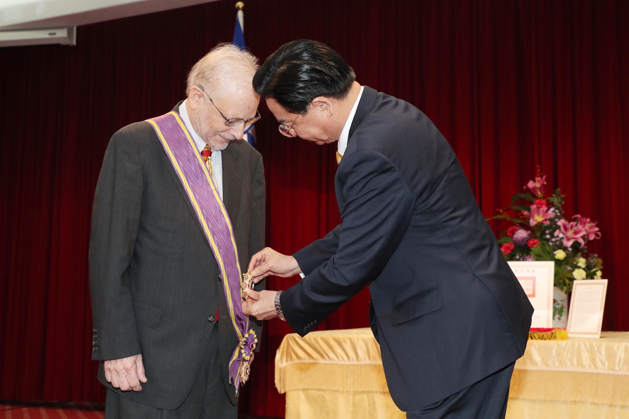 外交部長吳釗燮代表政府頒贈澳大利亞聯邦蒙納士大學榮譽退休教授家博(Dr. Bruce Jacobs)「大綬景星勳章」