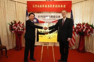 外交部吳部長(左一)與美國在台協會酈處長(右一)於台美會牌面前合影