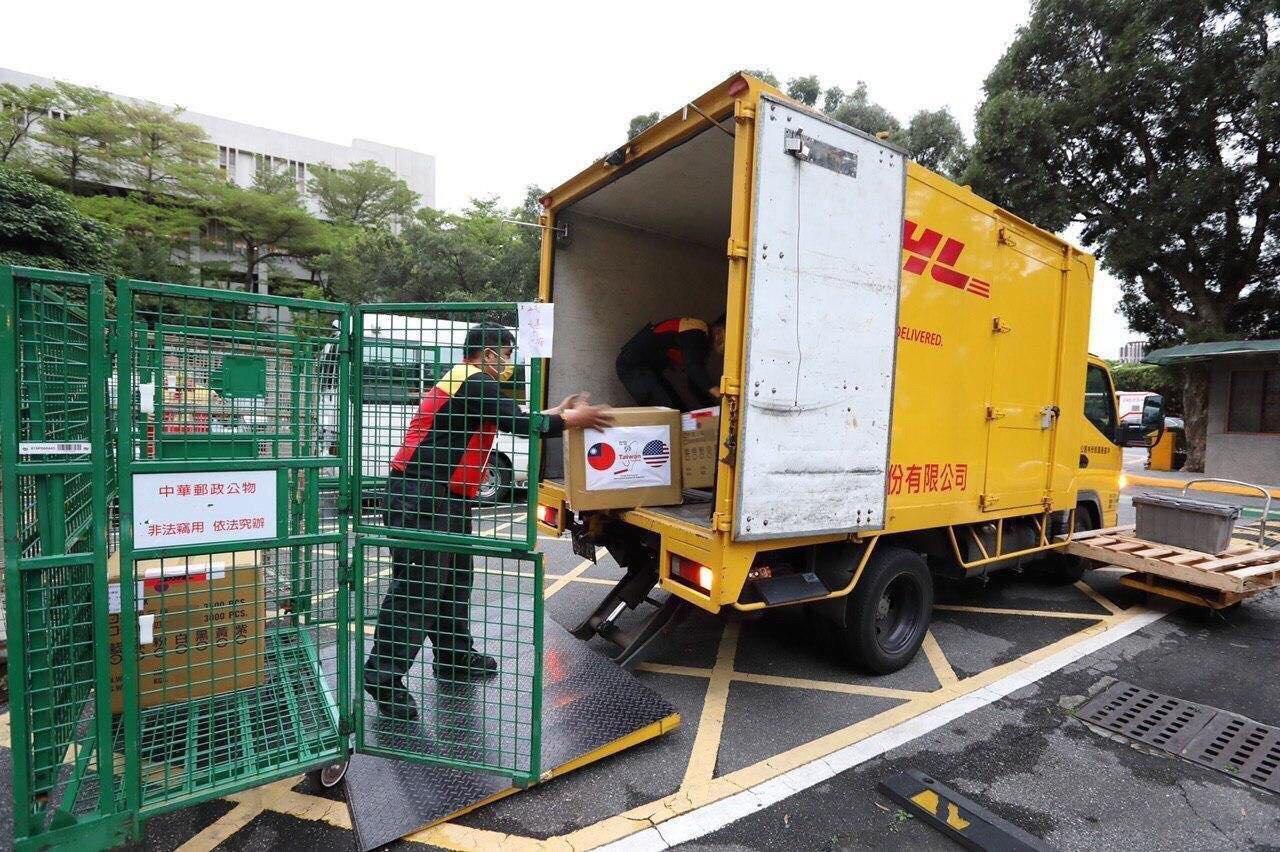 圖三:預備提供給美國的醫療物資正在外交部包裝作業。