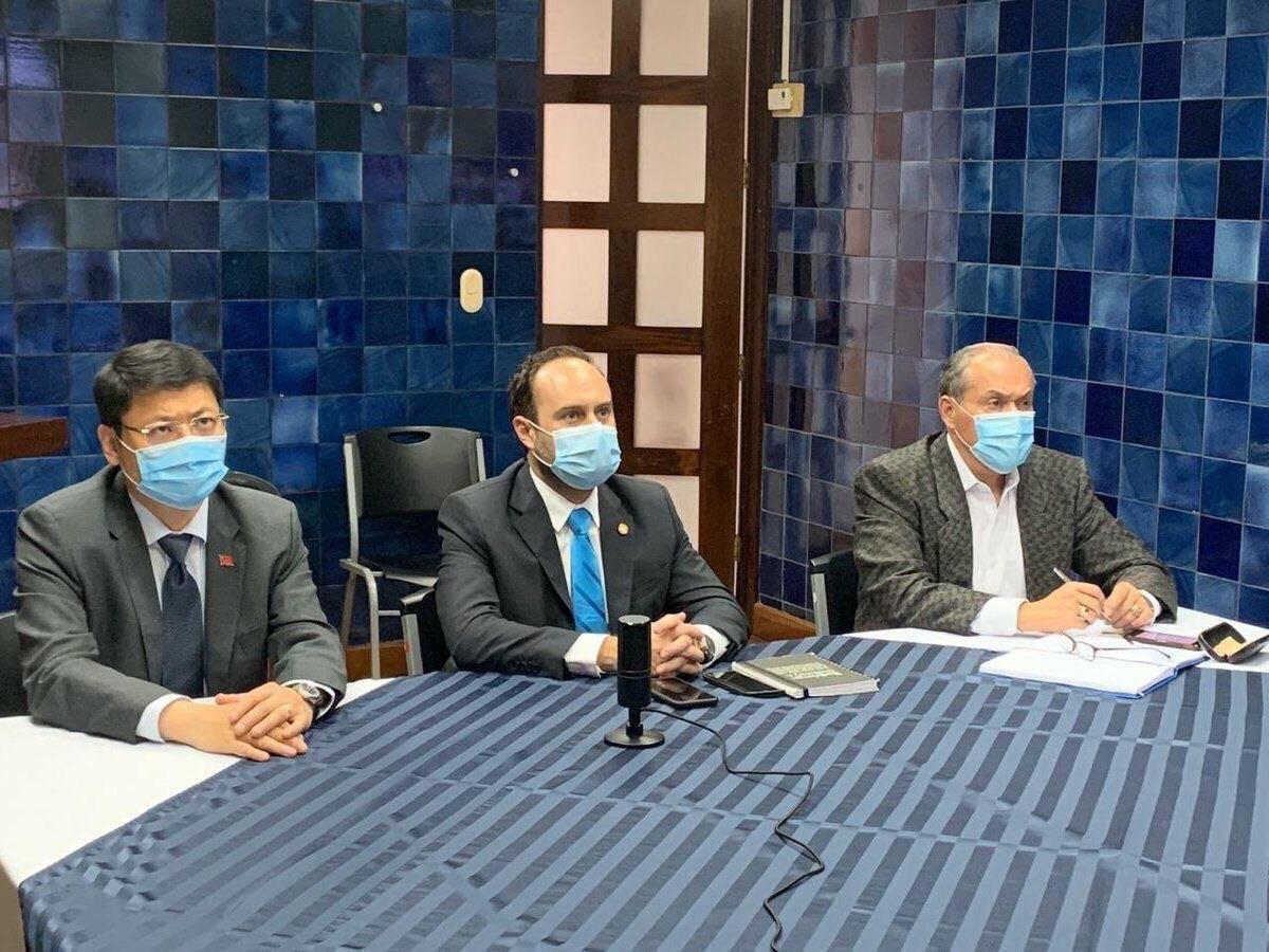 圖說三:瓜地馬拉外交部長布羅洛(Pedro Brolo,圖中)、衛生部長蒙洛伊(Hugo Monroy,圖右)及我駐瓜地馬拉大使鄭力城聯袂出席臺大醫院防疫視訊會議。