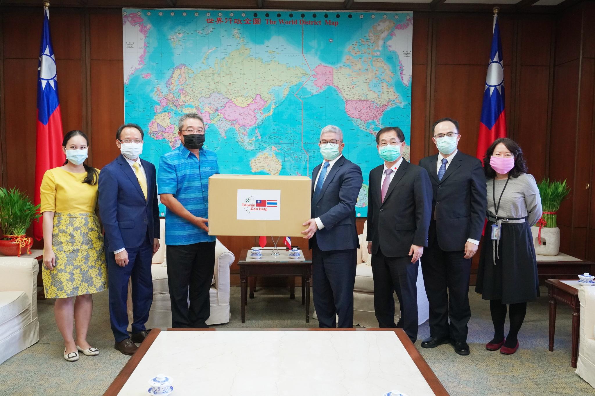 圖二:外交部政務次長徐斯儉(右4)本年4月20日下午代表我政府捐贈泰國醫療口罩予泰國貿易經濟辦事處代表通才(左3),亞太司司長葛葆萱(右3)及泰國駐臺副代表陸譽升(Phubadi La-Or-ngern,左2)均出席見證。.JPG