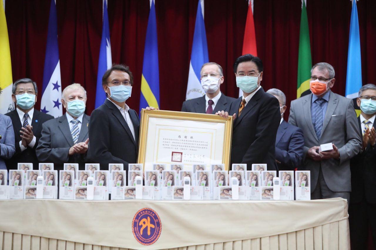 圖說二:吳部長頒贈感謝狀予泰博科技董事長陳朝旺先生。