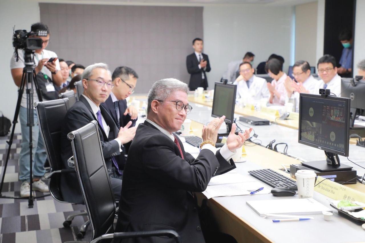 圖四:外交部徐次長(前排右1)、北美司長姚金祥(前排右2)與關島總督古蕾露互動