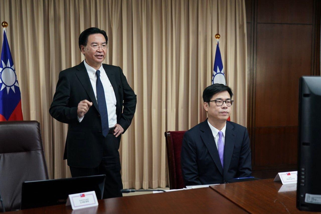 外交部長吳釗燮(左)歡迎行政院副院長陳其邁(右)蒞臨外交部視訊會議室並與美國衛福部進行線上會談