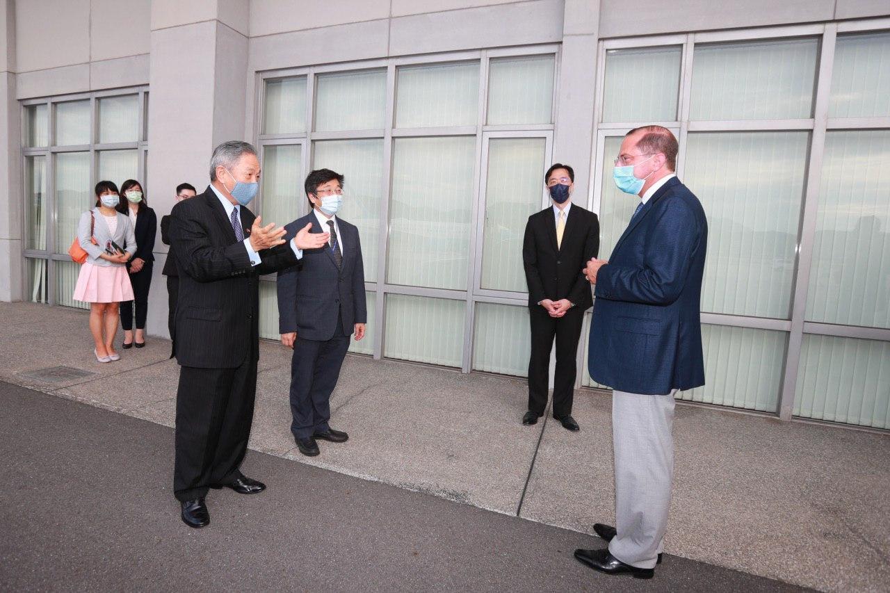 圖三:外交部政務次長田中光(左一)、衛生福利部疾病管制署長周志浩(左二)代表我政府前往機邊歡迎阿札爾部長(右一)訪問臺灣。