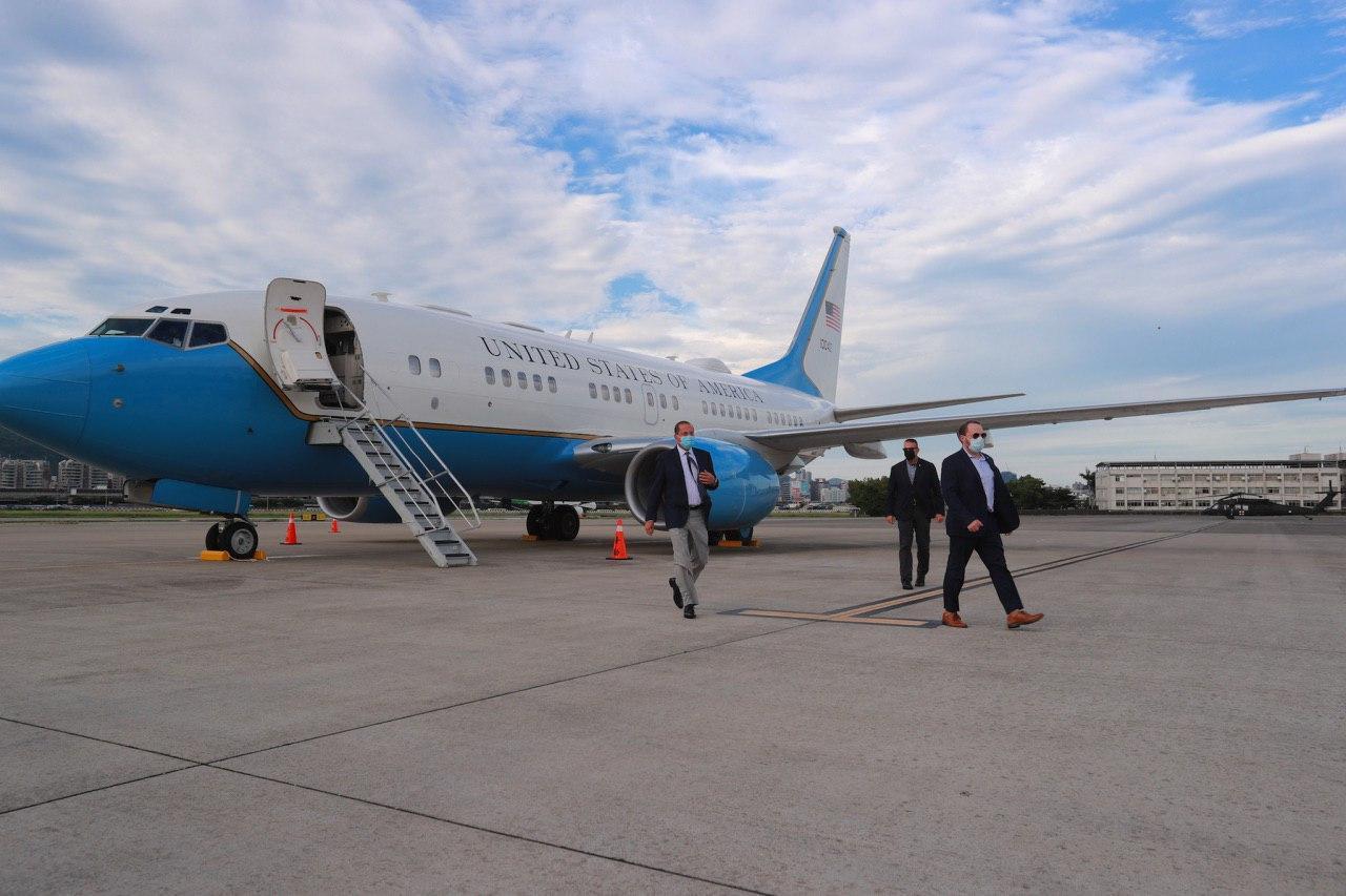 圖一:阿札爾部長(左一)搭乘美國軍機抵達臺灣。