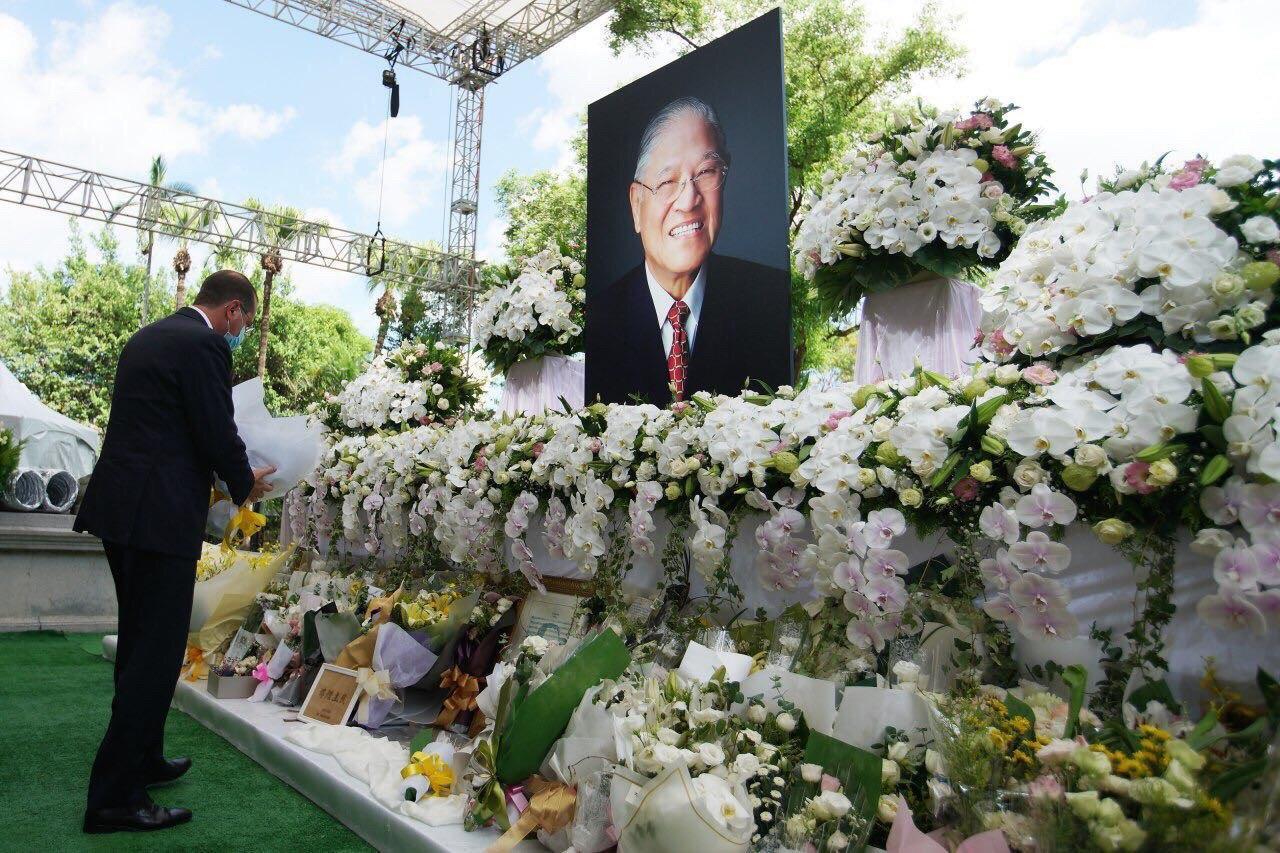 圖一:阿札爾部長前往臺北賓館追思故前總統李登輝。