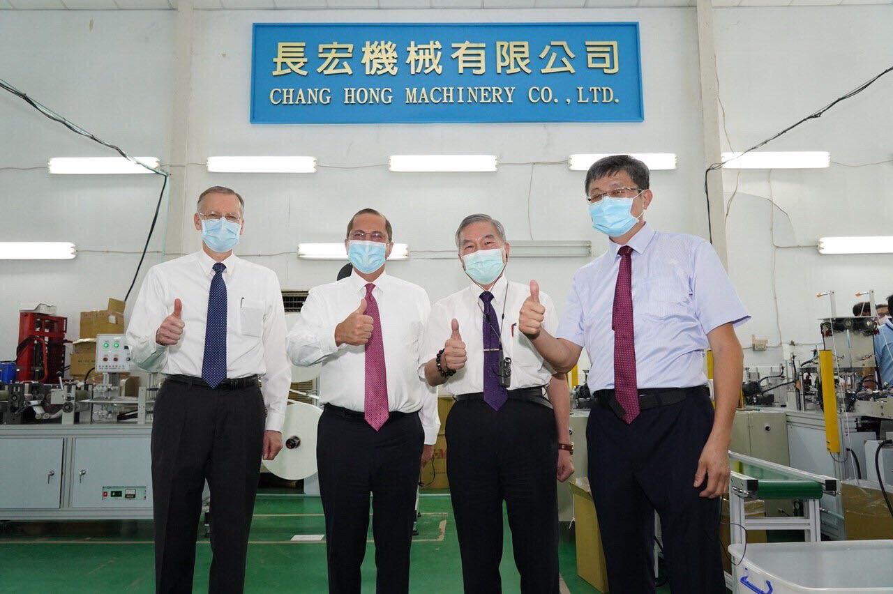 圖二:行政院副院長沈榮津(右二)、美國在台協會台北辦事處處長酈英傑(左一)與長宏機械董事長呂清林(右一)陪同阿札爾部長(左二)參觀長宏機械口罩工具機廠。