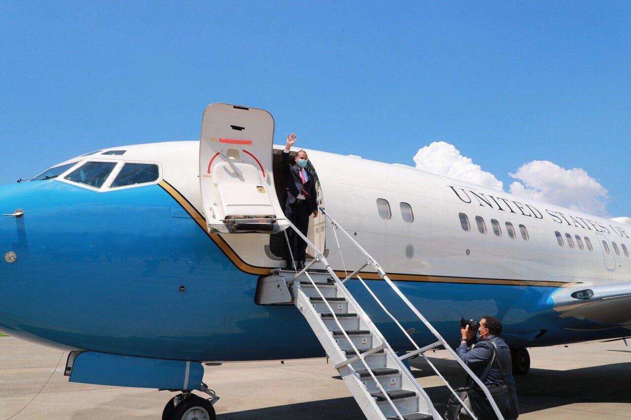 圖三:阿札爾部長搭乘美國軍機離臺前,揮手向送機人員致意。