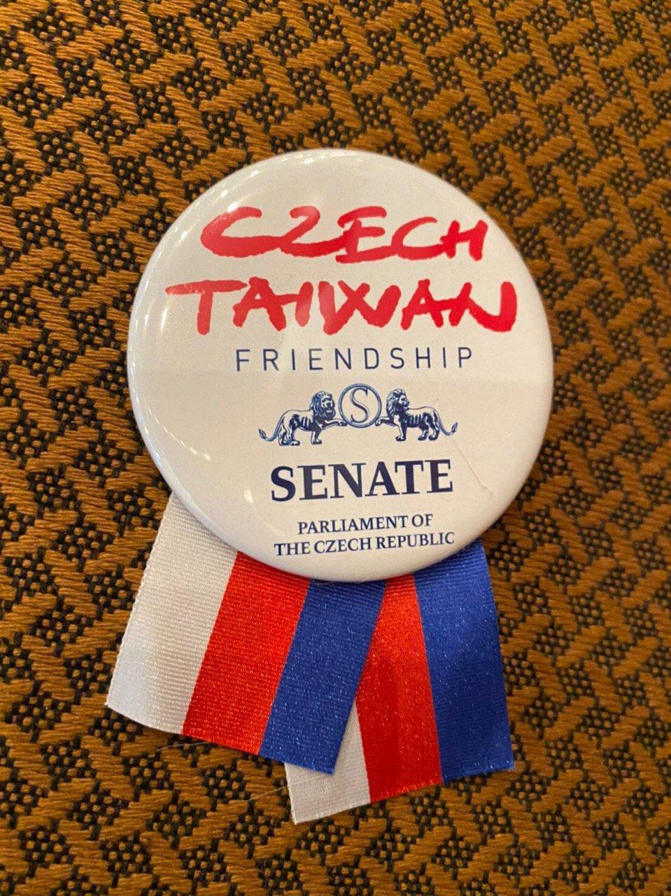 圖說1:捷克訪團特別設計本徽章,供訪團成員佩戴,以彰顯臺捷兩國友好情誼。